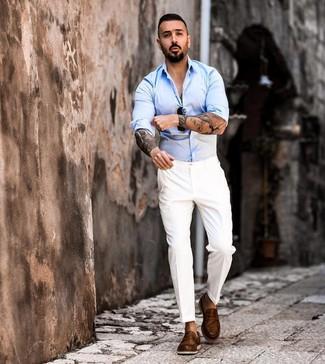 Cómo combinar: camisa de manga larga celeste, pantalón de vestir blanco, mocasín de cuero marrón, gafas de sol negras