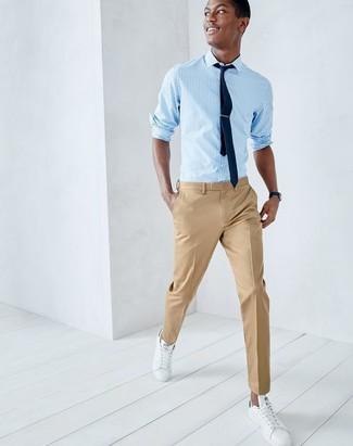 Cómo combinar: camisa de manga larga de rayas verticales celeste, pantalón de vestir marrón claro, tenis de cuero blancos, corbata azul marino