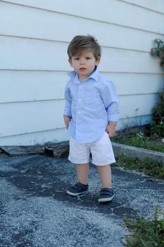 Cómo combinar: camisa de manga larga celeste, pantalones cortos blancos, zapatillas azul marino