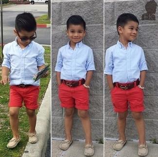 Cómo combinar: camisa de manga larga celeste, pantalones cortos rojos, mocasín en beige