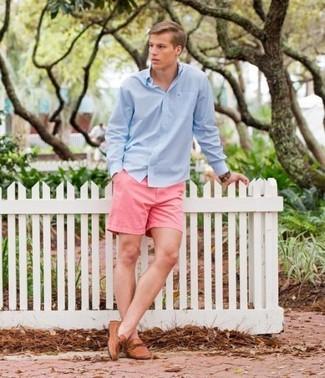 Cómo combinar: camisa de manga larga celeste, pantalones cortos rosados, mocasín de cuero marrón claro, reloj de cuero marrón