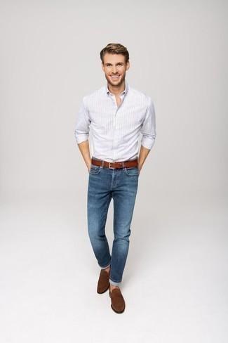 Outfits hombres: Intenta ponerse una camisa de manga larga de rayas verticales celeste y unos vaqueros azules para una vestimenta cómoda que queda muy bien junta. Activa tu modo fiera sartorial y haz de mocasín de ante marrón tu calzado.