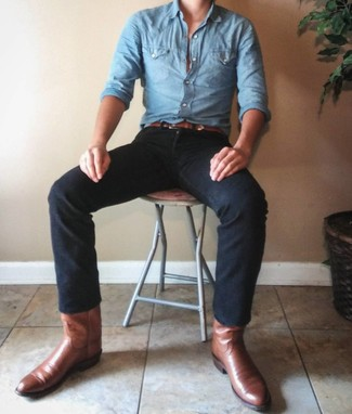 Cómo combinar: camisa de manga larga de cambray celeste, vaqueros negros, botas camperas de cuero marrónes, correa de cuero marrón