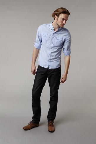 Cómo combinar: camisa de manga larga celeste, vaqueros negros, botas formales de cuero marrónes