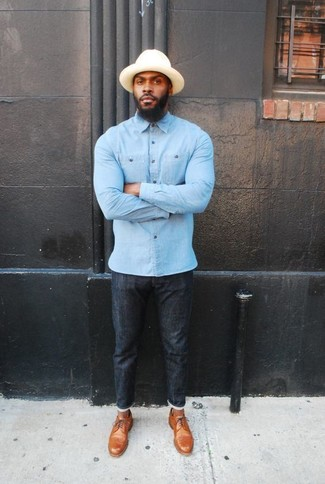Cómo combinar: camisa de manga larga de cambray celeste, vaqueros pitillo negros, zapatos derby de cuero marrón claro, sombrero en beige