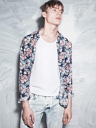 Cómo combinar: camisa de manga larga con print de flores azul marino, camiseta sin mangas blanca, vaqueros celestes