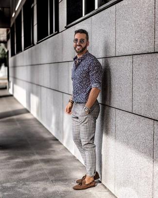 Cómo combinar: camisa de manga larga con print de flores azul marino, pantalón chino de tartán gris, mocasín con borlas de ante marrón