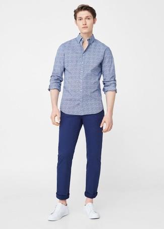 Cómo combinar: camisa de manga larga con print de flores azul, pantalón chino azul marino, tenis de cuero blancos