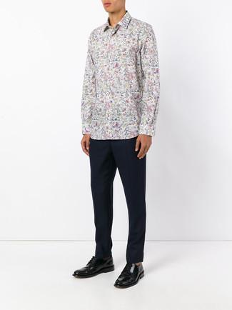Cómo combinar: camisa de manga larga con print de flores blanca, pantalón de vestir azul marino, zapatos derby de cuero negros