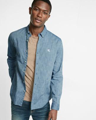 Cómo combinar: camisa de manga larga de cambray azul, camiseta con cuello circular marrón claro, vaqueros azules