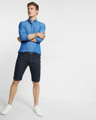 Los días ocupados exigen un atuendo simple aunque elegante, como una camisa de manga larga de cambray azul de Loro Piana y unos pantalones cortos vaqueros negros. Un par de tenis de cuero blancos se integra perfectamente con diversos looks.