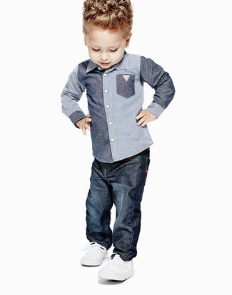 Cómo combinar: camisa de manga larga de cambray azul, vaqueros azul marino, zapatillas blancas