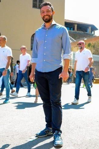 Cómo combinar una camisa de manga larga de cambray celeste: Empareja una camisa de manga larga de cambray celeste junto a un pantalón chino azul marino para conseguir una apariencia relajada pero elegante. Si no quieres vestir totalmente formal, haz deportivas azules tu calzado.