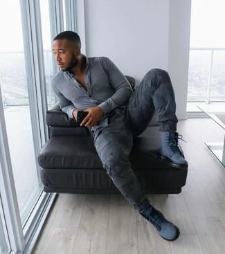 Cómo combinar: camisa de manga larga de cambray gris, pantalón cargo de camuflaje en gris oscuro, botas de trabajo de ante azul marino