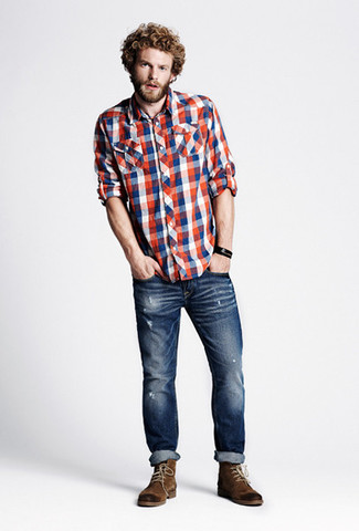 Cómo combinar: camisa de manga larga de cuadro vichy en blanco y rojo y azul marino, vaqueros pitillo desgastados azul marino, botas casual de ante marrónes