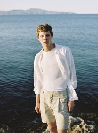 Cómo combinar: camisa de manga larga de lino blanca, camiseta con cuello circular blanca, pantalones cortos en beige