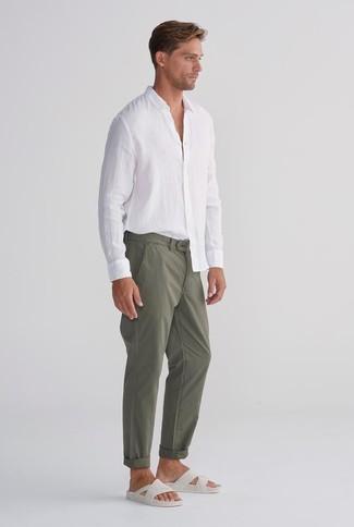 Cómo combinar: camisa de manga larga de lino blanca, pantalón chino verde oliva, sandalias de cuero blancas