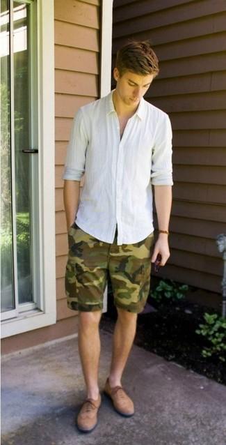 Cómo combinar: camisa de manga larga de lino blanca, pantalones cortos de camuflaje verde oliva, zapatos brogue de ante marrón claro