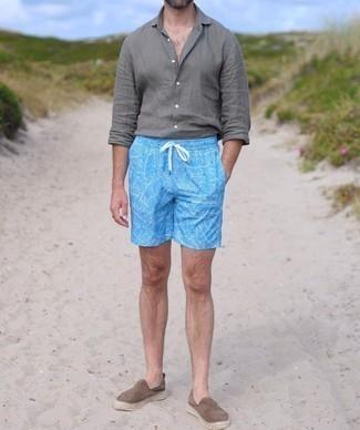 Cómo combinar unas alpargatas de ante marrónes: Una camisa de manga larga de lino gris y unos shorts de baño estampados en turquesa son una opción perfecta para el fin de semana. ¿Te sientes valiente? Elige un par de alpargatas de ante marrónes.