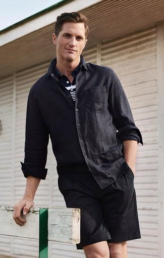 Cómo combinar: camisa de manga larga de lino negra, camisa polo de rayas horizontales en azul marino y blanco, pantalones cortos negros