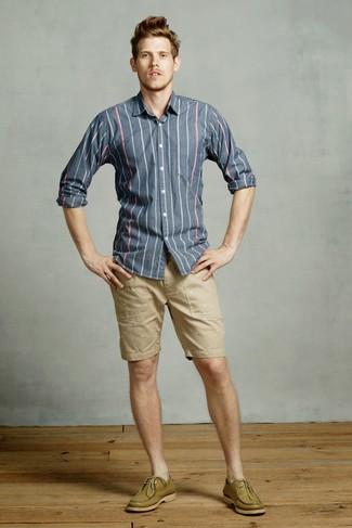 Cómo combinar: camisa de manga larga de rayas verticales azul marino, pantalones cortos marrón claro, náuticos de cuero verde oliva