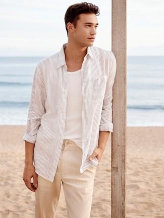 Cómo combinar: camisa de manga larga de rayas verticales blanca, camiseta sin mangas blanca, pantalón chino de lino en beige