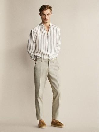 Cómo combinar un pantalón chino en beige: Usa una camisa de manga larga de rayas verticales blanca y un pantalón chino en beige para un look diario sin parecer demasiado arreglada. Opta por un par de mocasín con borlas de ante marrón para mostrar tu inteligencia sartorial.