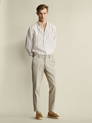 Outfits hombres estilo elegante: Emparejar una camisa de manga larga de rayas verticales blanca junto a un pantalón de vestir de lino en beige es una opción práctica para una apariencia clásica y refinada. Mocasín con borlas de ante marrón claro levantan al instante cualquier look simple.