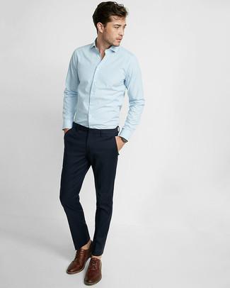Cómo combinar: camisa de manga larga de rayas verticales celeste, pantalón chino azul marino, zapatos derby de cuero marrónes