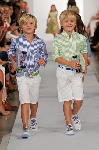 Cómo combinar: camisa de manga larga de rayas verticales en blanco y azul marino, pantalones cortos blancos, zapatillas blancas