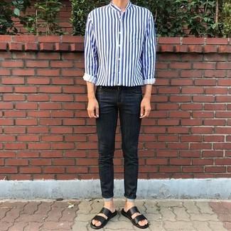 Cómo combinar: camisa de manga larga de rayas verticales en blanco y azul marino, vaqueros pitillo negros, sandalias de cuero negras