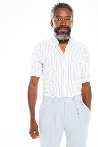 Cómo combinar: camisa de manga larga de rayas verticales en blanco y azul, pantalón de vestir de seersucker de rayas verticales celeste