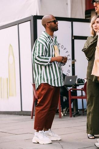 Cómo combinar: camisa de manga larga de rayas verticales en blanco y verde, pantalón chino en tabaco, deportivas blancas