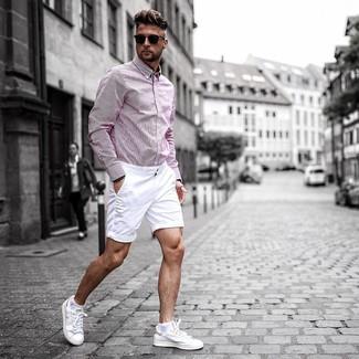 Cómo combinar: camisa de manga larga de rayas verticales rosada, pantalones cortos blancos, tenis de cuero blancos