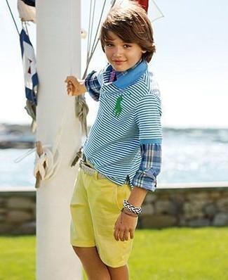 Cómo combinar: camisa de manga larga de tartán azul, camisa polo de rayas horizontales en turquesa, pantalones cortos amarillos