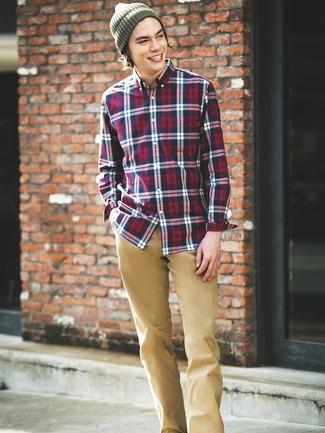 Cómo combinar: camisa de manga larga de tartán en blanco y rojo y azul marino, pantalón chino marrón claro, gorro verde oliva