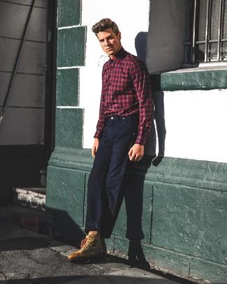 Cómo combinar: camisa de manga larga de tartán en rojo y azul marino, vaqueros azul marino, botas de trabajo de cuero marrónes