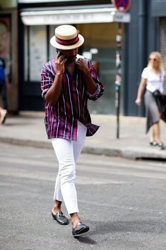 Outfits hombres: Considera emparejar una camisa de manga larga de rayas verticales en azul marino y rojo junto a unos vaqueros blancos para una apariencia fácil de vestir para todos los días. ¿Te sientes valiente? Haz mocasín de cuero negro tu calzado.