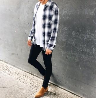 Cómo combinar: camisa de manga larga de tartán en blanco y azul marino, camiseta con cuello circular blanca, vaqueros pitillo negros, botines chelsea de ante marrón claro