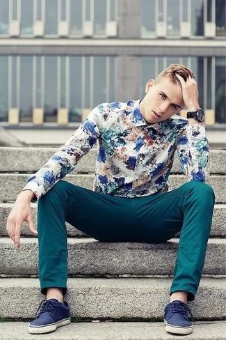 Cómo combinar: camisa de manga larga con print de flores en blanco y azul, pantalón chino en verde azulado, tenis de ante azul marino, reloj negro