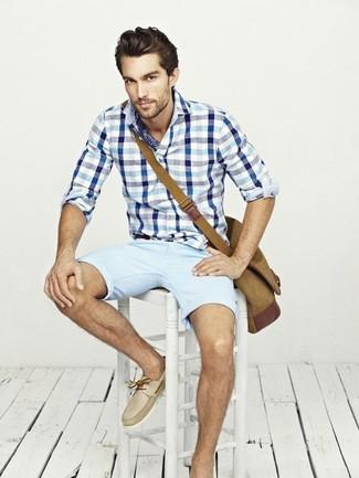Cómo combinar: camisa de manga larga de cuadro vichy en blanco y azul, pantalones cortos celestes, náuticos de cuero en beige, bolso mensajero de lona marrón