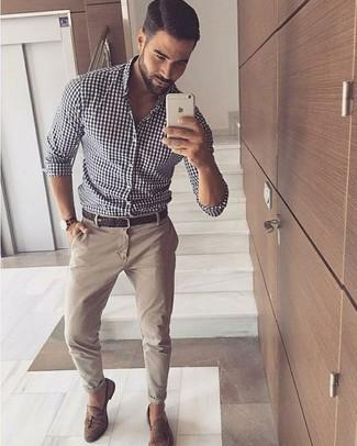 Cómo combinar: camisa de manga larga de cuadro vichy en blanco y negro, pantalón chino en beige, mocasín con borlas de ante marrón, correa de cuero tejida en marrón oscuro