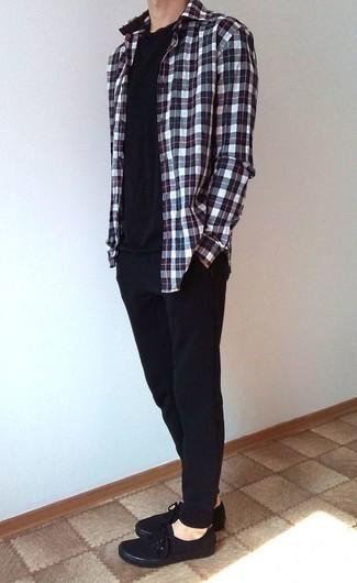 Cómo combinar un pantalón de chándal negro: Para un atuendo tan cómodo como tu sillón intenta ponerse una camisa de manga larga de tartán en blanco y rojo y azul marino y un pantalón de chándal negro. Opta por un par de tenis de lona negros para mostrar tu inteligencia sartorial.