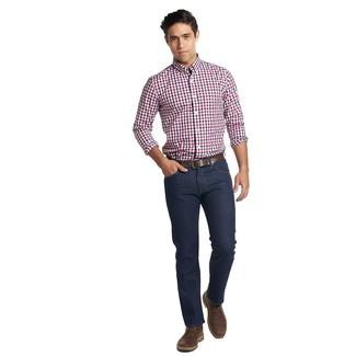 Cómo combinar: camisa de manga larga de cuadro vichy en blanco y rojo y azul marino, vaqueros azul marino, botas safari de cuero en marrón oscuro, correa de cuero en marrón oscuro