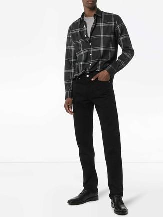 Cómo combinar: camisa de manga larga de franela de tartán en gris oscuro, camiseta con cuello circular gris, vaqueros negros, zapatos derby de cuero negros