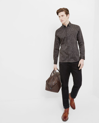 Look de moda: Camisa de manga larga con print de flores en marrón oscuro, Pantalón chino negro, Botas brogue de cuero marrónes, Bolsa de viaje de cuero en marrón oscuro