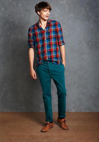 Cómo combinar: camisa de manga larga de tartán en multicolor, pantalón chino en verde azulado, zapatos brogue de cuero marrónes, calcetines negros