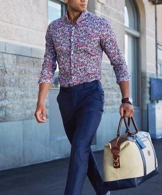 Cómo combinar un pantalón de vestir azul marino: Emparejar una camisa de manga larga con print de flores en multicolor con un pantalón de vestir azul marino es una opción grandiosa para una apariencia clásica y refinada.