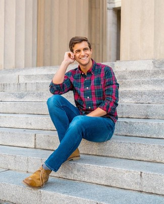Cómo combinar: camisa de manga larga de tartán en multicolor, vaqueros azules, botas safari de cuero marrón claro, calcetines de rayas horizontales en azul marino y blanco