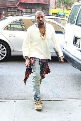 Look de Kanye West: Camisa de Manga Larga de Tartán en Rojo y Azul Marino, Camiseta Henley Blanca, Vaqueros Celestes, Botas Safari de Ante Marrón Claro